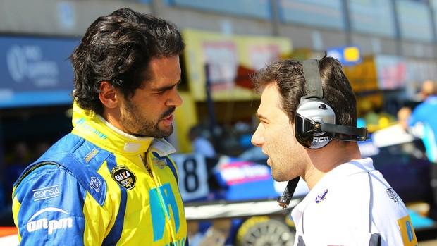 Stock Car - Thiago Camilo conversa com André Bragantini Jr. (Foto: Carsten Horst/ divulgação)