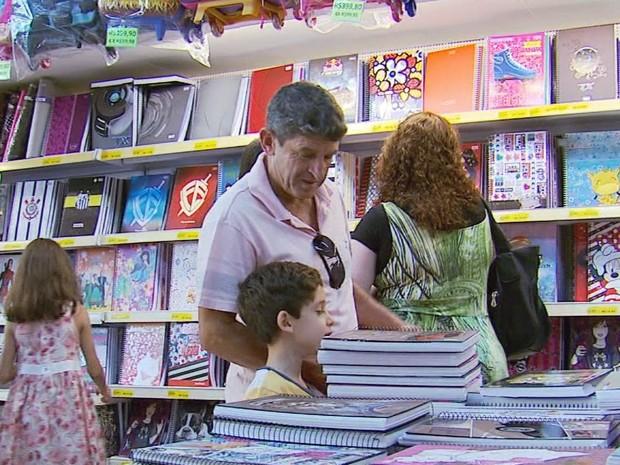 Pais deram dicas para economizar na compra de material escolar (Foto: Reprodução EPTV)