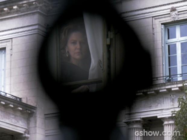 Angela Mahler, personagem de Patrícia Pillar, entrou na mira de alguém (Foto: O Rebu / TV Globo)