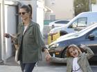 Alessandra Ambrósio e filha usam roupas parecidas em passeio