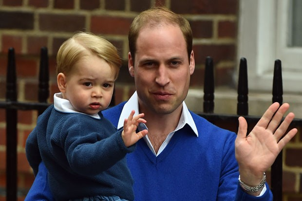 Os príncipes William e George acenam para os fotógrafos após chegarem ao hospital onde Kate Middleton teve sua segunda filha neste sábado (Foto: BEN STANSALL / AFP)