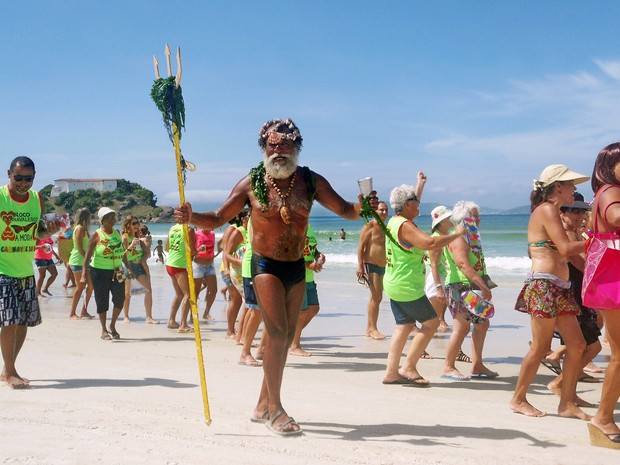 Folião fantasiado de Poseidon, o Rei dos Mares, foi um dos destaques do À Moda C, em Cabo Frio, RJ (Foto: Lia Navarro/ Arquivo Pessoal)