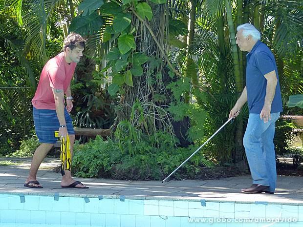 Ninho se diverte ao trazer César para a beira da piscina (Foto: Amor à Vida/TV Globo)