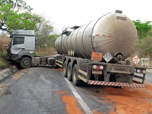 Carreta ficou atravessada na ppista após a colisão (Foto: Blogbraga/Repórter Paiva)