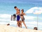 Fernanda Lima e Rodrigo Hilbert exibem boa forma em praia no Rio