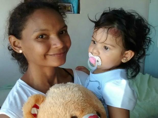 Aline Nascimento e a pequena Beatriz, que sobreviveu a uma queda do terceiro andar de prédio em Fortaleza (Foto: Elias Bruno / G1)