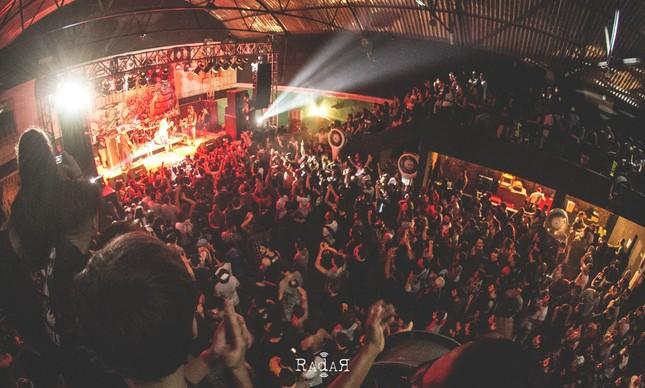 Visão do Armazém Hall lotado em um dos shows do festival em Natal