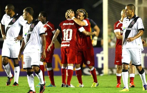 Forlan comemora gol do Internacional contra o Vasco (Foto: Guilherme Pinto / Ag. O Globo)