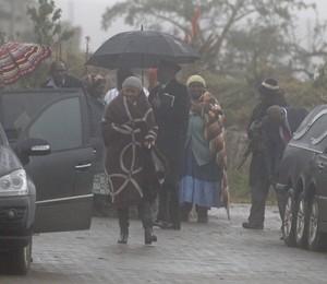 Makaziwe Mandela, filha do ex-presidente Nelson Mandela, em cerimônia fúnebre na casa da família. Após uma disputa na Justiça, os corpos de três filhos de Mandela foram enterrados novamente no vilarejo de Qunu (Foto: Schalk van Zuydam/AP)