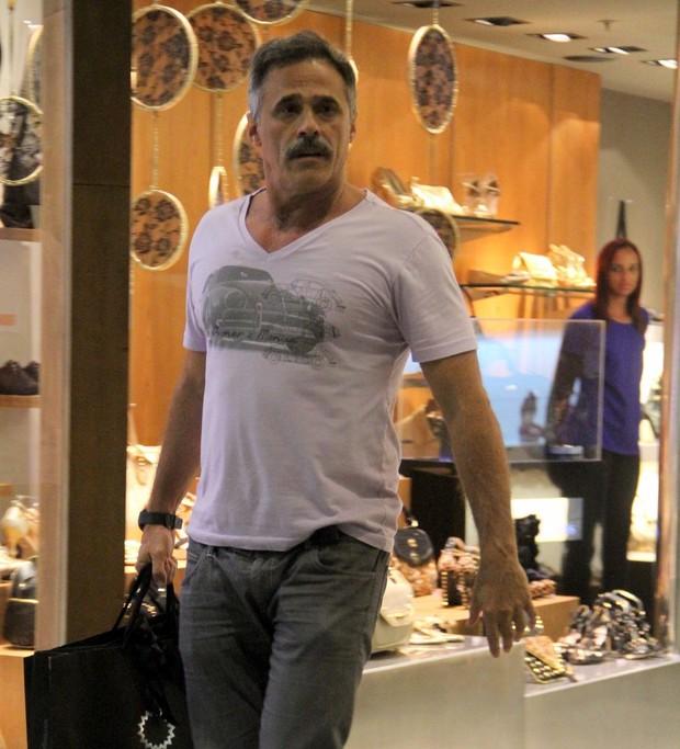 Oscar Magrini se irrita com paparazzo (Foto: Marcus Pavão/AgNews)