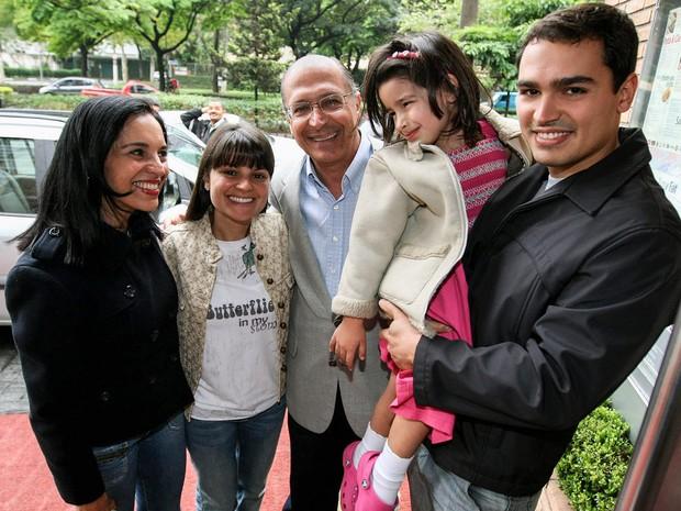 Foto de arquivo de outubro de 2008 mostra Geraldo Alckmin, acompanhado de sua esposa, Lu Alckmin, sua filha Sophia, sua neta e seu filho, Thomaz Alckmin, ao chegar em um restaurante na zona sul de São Paulo (Foto: Paulo Liebert/Estadão Conteúdo/Arquivo)