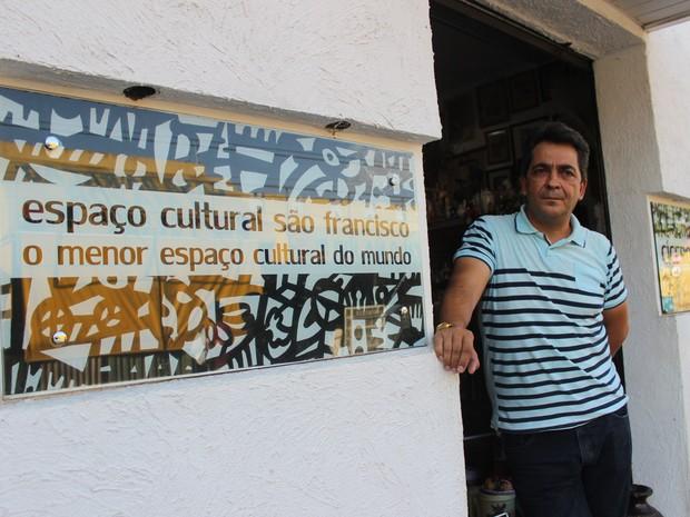 Cícero Manoel, professor formado em Letras, administra o espaço deixado pela mãe (Foto: Fernando Brito/G1)