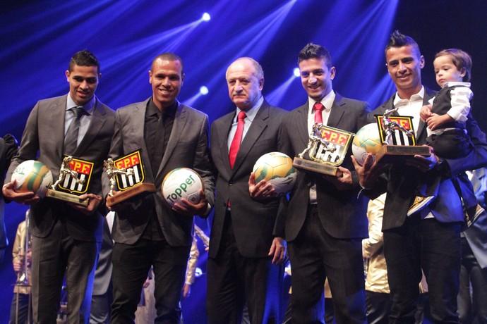 Léo Costa ao lado de Luiz Felipe Scolari durante premiação do Paulistão de 2014 (Foto: Leonardo Britos / FPF)