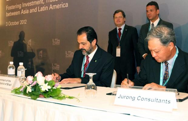 O governador do Distrito Federal, Agnelo Queiroz, em cerimônia de assinatura do contrato com a Jurong Consultants (Foto: Roberto Barroso / Agência Brasília)
