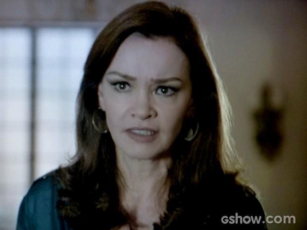 Helena sente a imposição do marido e fica aflita (Foto: Em Família / TV Globo)