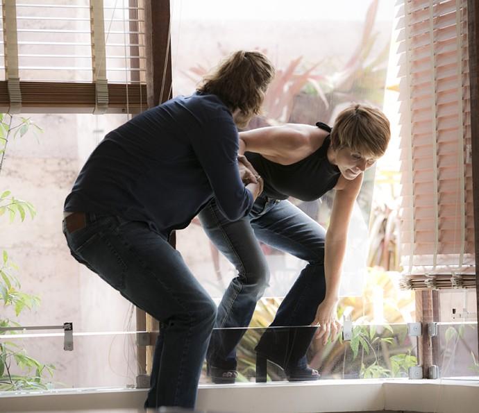 Pedro ajuda Helô a invadir a galeria (Foto: Raphael Dias/Gshow)