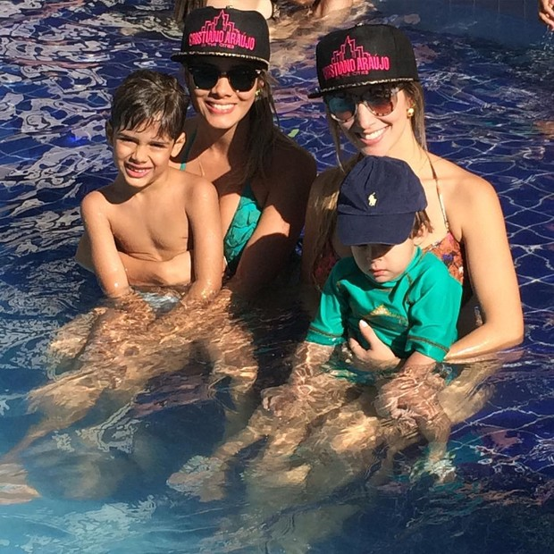 Elisa Leite e Luana Rodrigues com os filhos Bernardo e João Gabriel. (Foto: Reprodução/Instagram)
