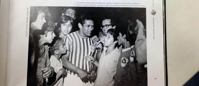 Garrincha é assediado pela imprensa e por torcedores no estádio Palma Travassos (Foto: Carlos Barbosa/ Arquivo Pessoal)