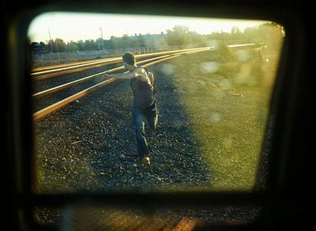 Homem correndo em rodovia nos EUA (Foto: Tabitha Soren/Kopeikin Gallery)