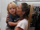 Danielle Winits inaugura loja e recebe o filho Guy e Priscila Fantin
