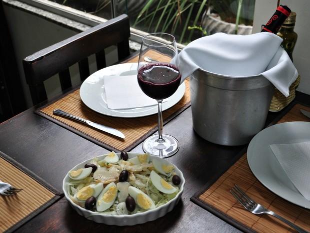 Salada de bacalhau é um dos pratos servidos no restaurante (Foto: Thainá Paz/ G1)