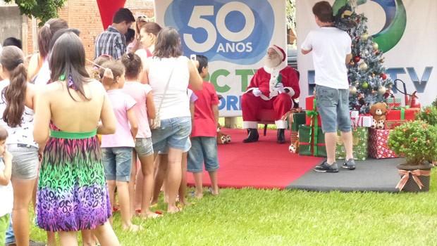 Crianças formaram fila para ficar pertinho do Papai Noel (Foto: Divulgação/RPC TV)