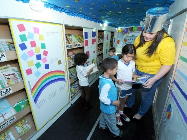 Estudantes de escolas municipais participam de atividades da Biblioteca Itinerante de Umuarama  (Foto: Divulgação/Prefeitura de Umuarama)