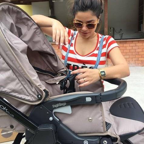 Vanessa montando o carrinho de Maria (Foto: Reprodução)