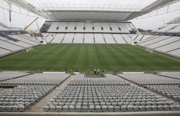 Vista geral do Itaquerão, estádio do Corinthians que será palco da abertura da Copa do Mundo. Arena foi entregue à Fifa sem as arquibancadas temporárias (Foto: Andre Penner/AP)
