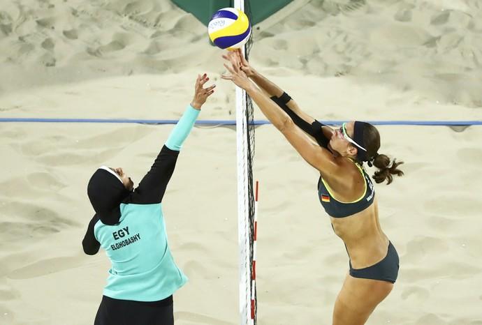 Doaa Elghobashy e Kira Walkenhorst no vôlei de praia (Foto: Reuters)