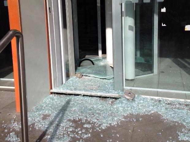 Criminoso quebrou a porta de vidro para entrar na agência (Foto: Filipo Cunha/G1)