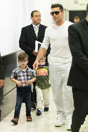 Ricky Martin com os filhos gêmeos Matteo e Valentino em Sydney, na Austrália (Foto: Splash News/ Agência)