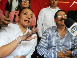 Xiomara Castro de Zelaya e o ex-presidente de Honduran Manuel Zelaya respondem a perguntas de jornalistas durante entrevista nesta segunda (18), emTegucigalpa (Foto: Orlando Sierra / AFP)