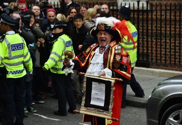 Polícia segura a multidão (Foto: AFP)