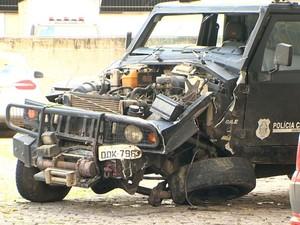 Rabecão envolvido em acidente na Rodovia do Sol (Foto: Reprodução/ TV Gazeta)