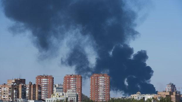 Uma espessa fumaça saída do aeroporto pairava sobre grande parte da cidade de Donetsk nesta quinta-feira (2) (Foto: John Macdougall/AFP)