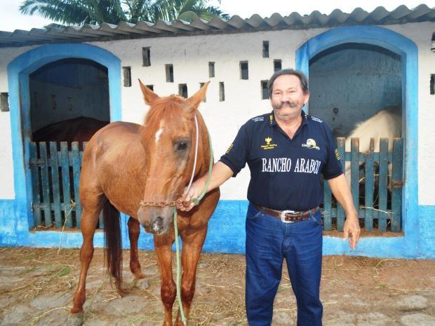 Empresário e adestrador de cavalos demonstra muito carinho com o alazão (Foto: Marcos Costa / Arquivo Pessoal)