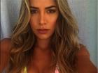 Ex-BBB Adriana Sant'Anna posa de biquíni e mostra decote