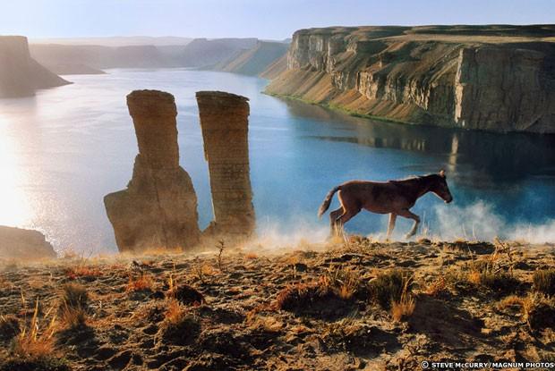 Retratos e belas fotos de paisagem, como esta feita em meio aos lagos de Band-e Amir, dão um contraste ao conflito (Foto: Steve McCurry/Magnum Photos)