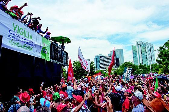 MILITÂNCIA  40 mil pessoas passaram por parque às margens do Lago Guaíba para acompanhar o julgamento de Lula em Porto Alegre (Foto:  Arthur Kolbetz)