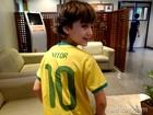 Em dia de jogo, Vitor Figueiredo tira onda com camisa 10 do Brasil com seu nome