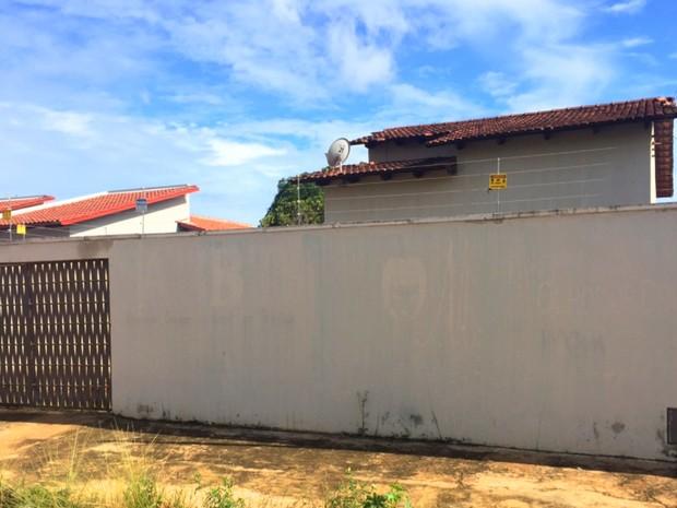 Associação Crianças do Brasil em Trindade (ACBT) funcionava em uma casa, em Goiás (Foto: Murillo Velasco/G1)