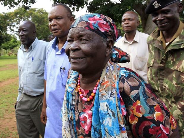 Sarah Hussein Obama, avó de Barack Obama, é escontada por familiares até sua casa, depois de realizar orações especiais de família, em Nyangoma-Kogelo, no Quênia (Foto: Thomas Mukoya / Reuters)