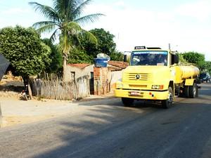 Movimento de caminhões-pipa é intenso na zona rural de São Miguel (Foto: Anderson Barbosa/G1)