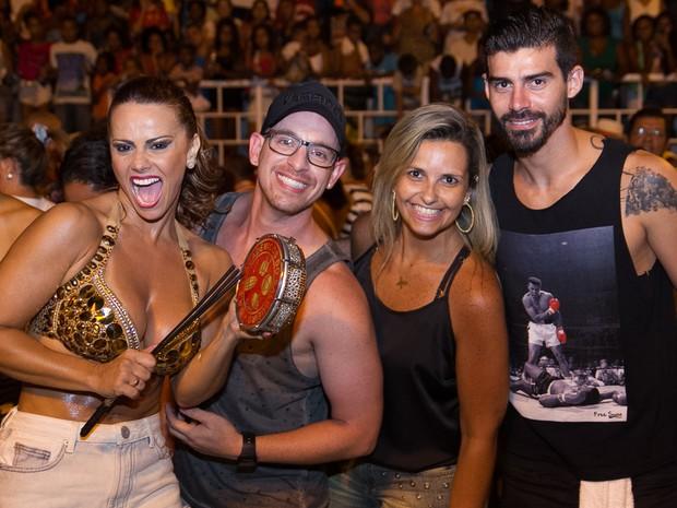 Viviane Araújo com o noivo, Radamés, e amigos em ensaio de rua do Salgueiro na Zona Norte do Rio (Foto: Alex Nunes/ Divulgação)
