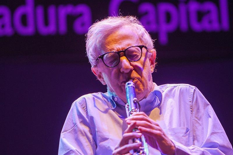O diretor de cinema Woody Allen canta ao lado de sua banda de jazz durante um concerto de fim de ano em Badajoz, na Espanha