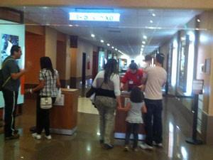 Público entra para assistir aos filmes em cinema do shopping (Foto: Tatiana Santiago/G1)