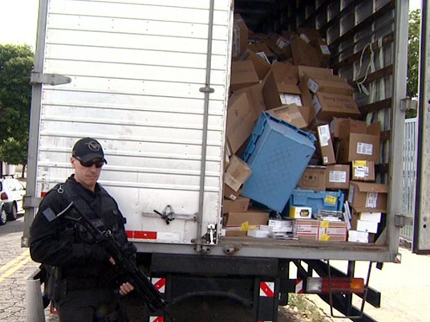 Policial Civil ao lado do caminhão com carga roubada do Magazine Luiza (Foto: Márcio Silveira/EPTV)