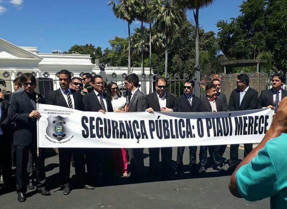 Delegados fizeram ato contra a situação em que se encontram (Foto: Divulgação/Sindepol)