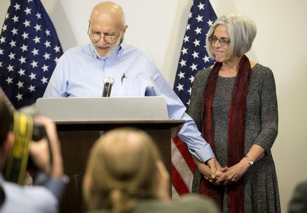 Alan Gross, prestador de serviços da agência americana USAID, ao lado de sua mulher, Judy, fala com jornalistas após ser solto pelo governo cubano. Gross ficou 5 anos preso em Cuba (Foto: Pablo Martinez Monsivais/AP)